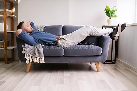 hombre dormir sofa dormir sofa hombre