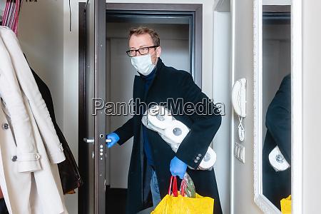 hombre usando mascara medica volver a