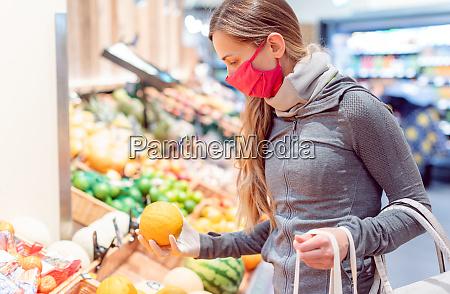 mujer comprando en supermercado durante el