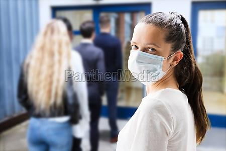 mujer en mascara facial