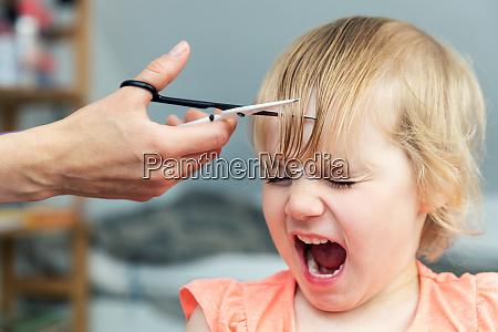 ninya gritando mientras la madre haciendo