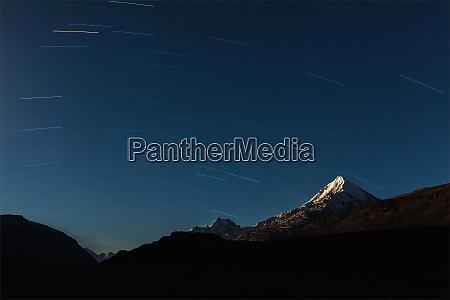 senderos estelares sobre las montanyas del
