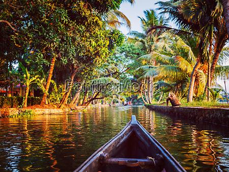 canoa en los remansos de kerala
