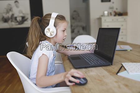 hermosa joven con auriculares y portatil