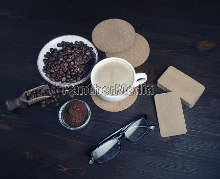 cafe en la mesa de la