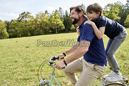 feliz padre e hijo disfrutando de