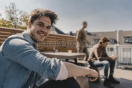 jóvenes, empresarios, reunidos, en, una, terraza - 28753984