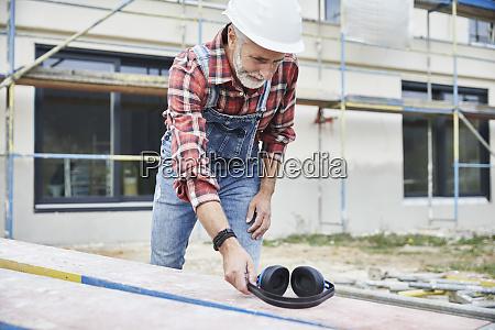 trabajador de la construccion con orejera
