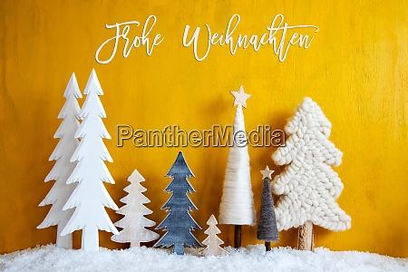 Arboles de navidad nieve fondo amarillo