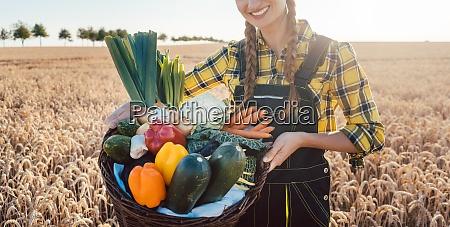 mujer agricultora que ofrece verduras saludables