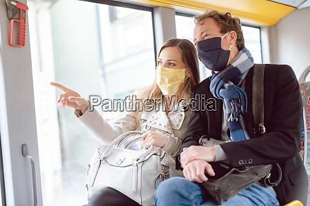 pareja en autobus de transporte publico