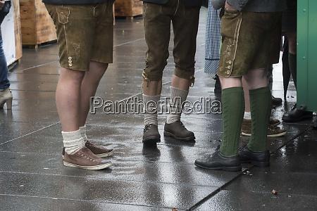 hombre con pantalones de cuero tradicionales