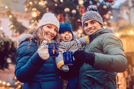 familia con ninyos divirtiendose en el