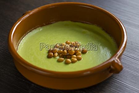 bodegon de sopa de guisantes verdes