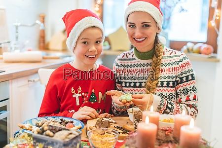 familia divirtiendose horneando galletas para navidad