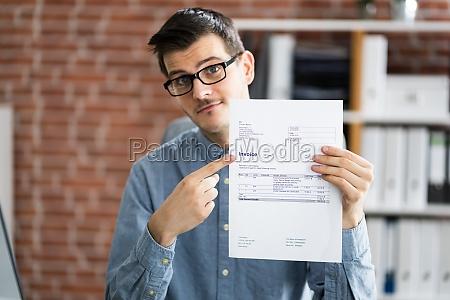 contador profesional que muestra la factura