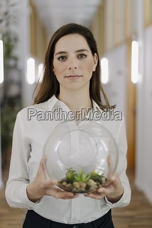 mujer sosteniendo la olla del terrario