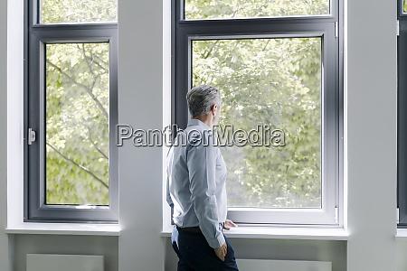 hombre mirando a traves de la
