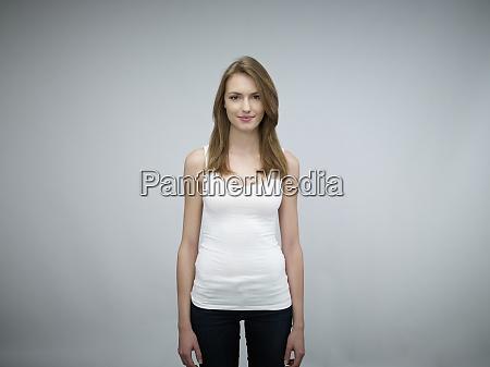 retrato de una joven sonriente frente