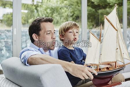 padre e hijo soplando bote de