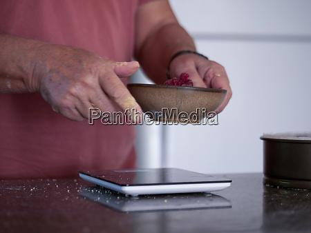 hombre sopesa ingredientes para pastel