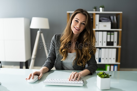 feliz mujer profesional empleada usando la