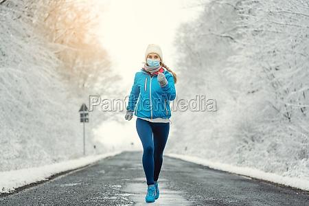mujer corriendo o trotando con mascara