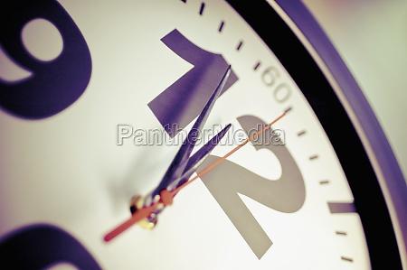closeup de un reloj de pared