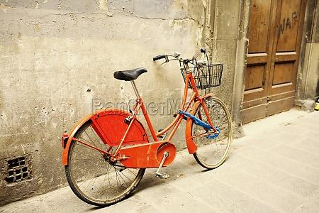 bicicleta apoyada contra una pared