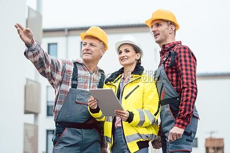 constructor y contratista inspeccionan nuevas casas