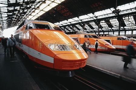 vista lateral de un tren de