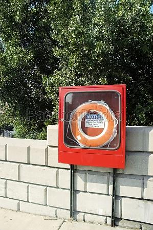 cinturon salvavidas en una caja de