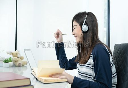 joven mujer pelo largo sentado en