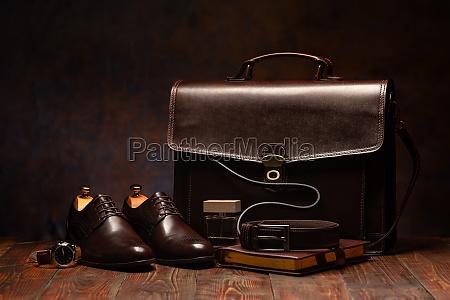 bodegon de un maletin de hombres