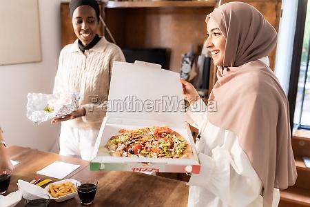 mujeres jovenes que preparan la comida