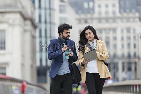 empresarios con tableta digital y cafe