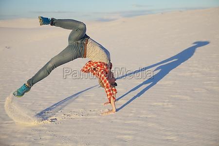 una joven hace un movimiento acrobatico