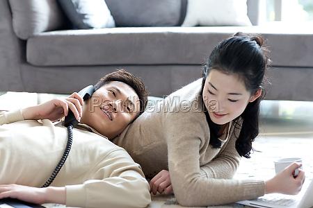 una pareja se acurrucan juntos