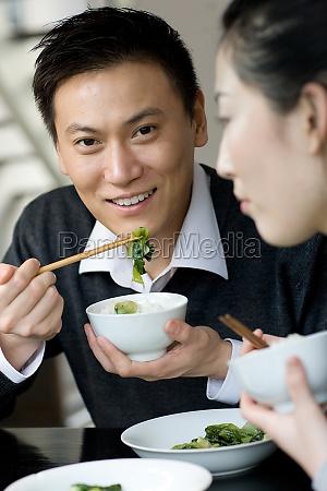 adultos comen asia oriental felices jovenes