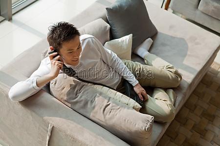 asiaticos composicion transversal un hombre adulto