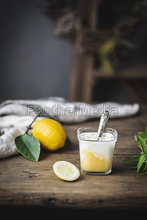 bodegon de vidrio con yogur casero