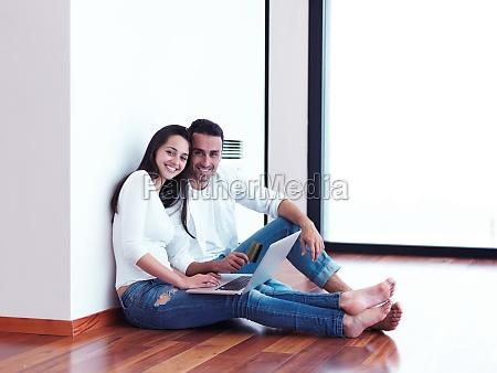 pareja joven relajada trabajando en la